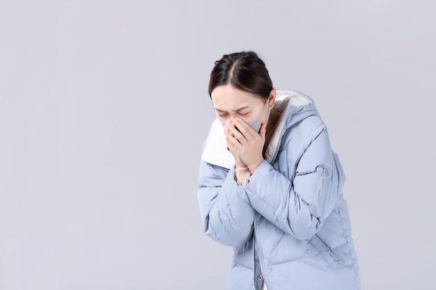 Nuovo concetto di coronavirus. la donna asiatica ha il naso chiuso o il naso che cola e ha la febbre.