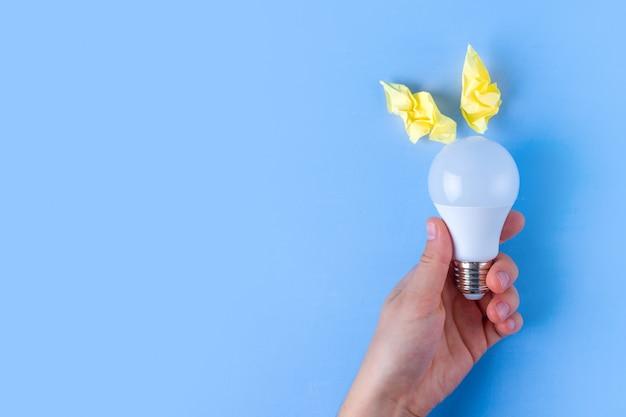 Nuovo concetto di idea, carta stropicciata e lampadina