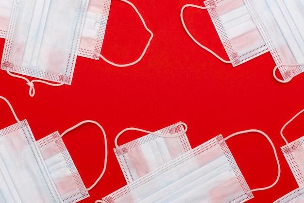 Nuovo coronavirus. concetto del virus 2019-ncov. maschera chirurgica maschera protettiva sul rosso