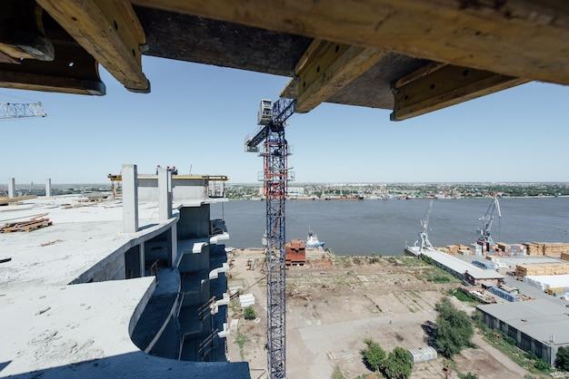 Nuovo edificio a più piani in costruzione