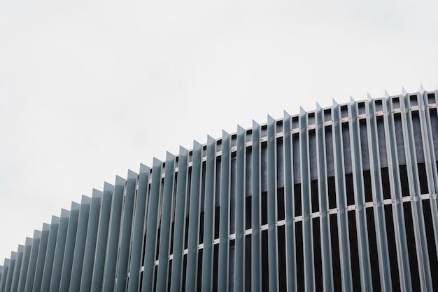 Nuovo edificio moderno in metallo