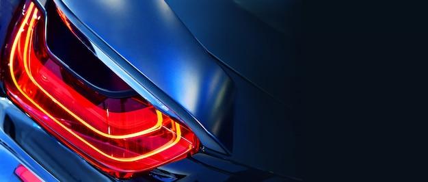 Nuovo fanale posteriore a led in auto sportiva ibrida.