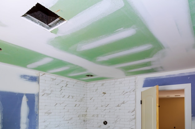 Nuovo interno del bagno in costruzione con cartongesso