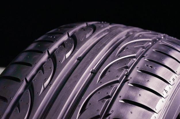 Nuovo pneumatico estivo. close-up, sfondo nero