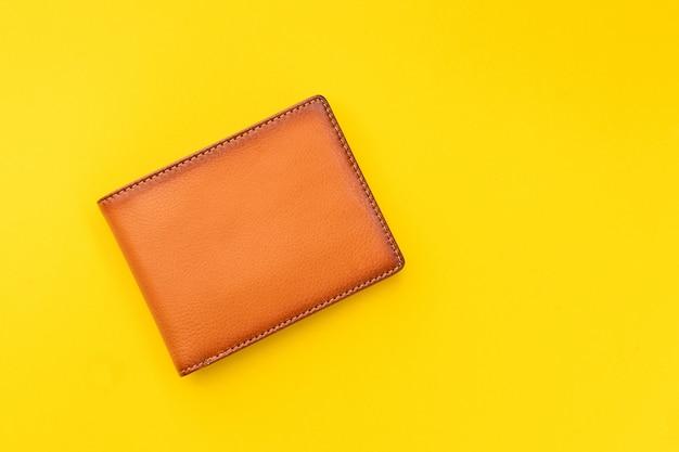 Nuovo portafoglio da uomo in pelle marrone su giallo