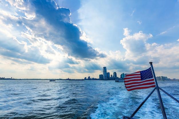 Nuovo skyline della città di jerysey con bandiera americana