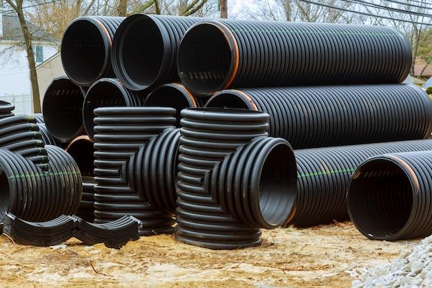 Nuovo tubo in pvc accatastato sulla costruzione del progetto abitativo