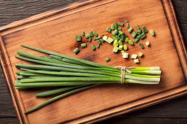 Nutrizione dietetica. preparazione di insalata con cipolla verde.