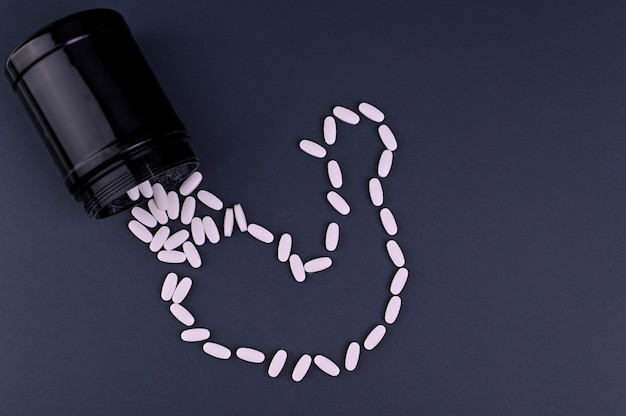 Nutrizione sportiva (integratori) vitamine sportive in pillole. concetto di fitness, bodybuilding, sport e stile di vita sano