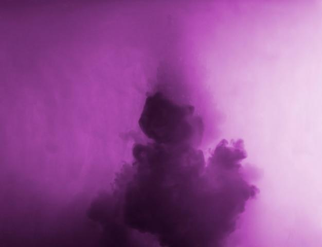 Nuvola astratta tra foschia viola