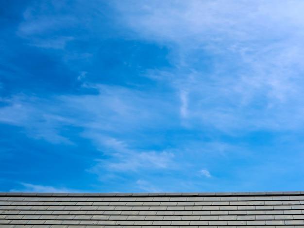 Nuvola bianca del cielo blu e del tetto nella mattina