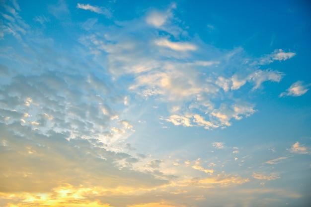 Nuvola bianca e cielo blu astratti.