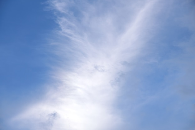 Nuvola bianca in cielo sulla natura del cielo blu