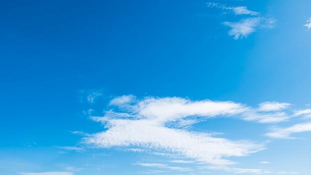 Nuvola bianca su cielo blu