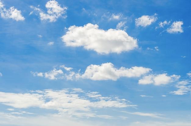 Nuvola bianca sul cielo