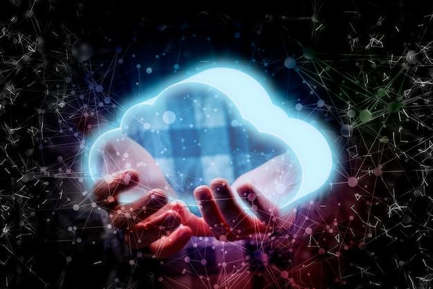 Nuvola d'ardore della tenuta della mano delle persone, concetto di stoccaggio digitale di informazioni di dati