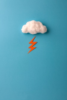 Nuvola di cotone e fulmine sul cielo