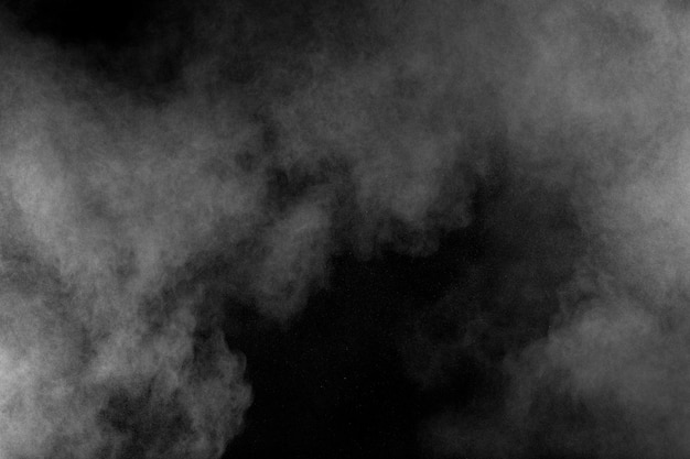 Nuvola di esplosione di polvere bianca su sfondo nero. splash di particelle di polvere bianca.
