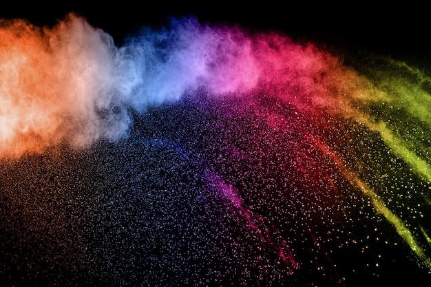 Nuvola di esplosione di polvere di colore. movimento congelato di schizzi di particelle di polvere colorata.
