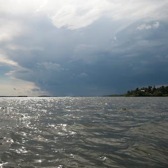 Nuvola nel cielo dell'orizzonte sopra il lago of the woods, ontario
