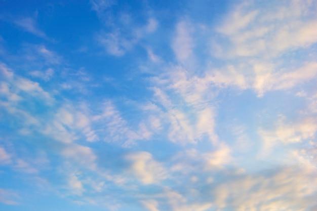 Nuvola scura con cielo chiaro e leggera ora di mezzanotte