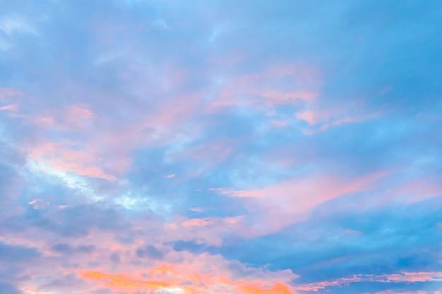 Nuvola sul cielo nei tempi del crepuscolo