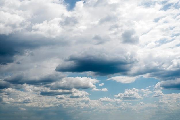 Nuvole bianche che investono il cielo