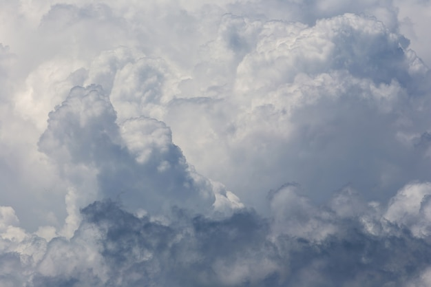Nuvole bianche lanuginose sullo sfondo del cielo blu