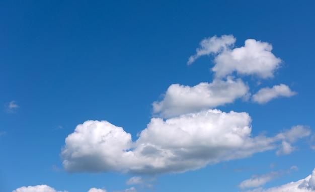 Nuvole bianche su un cielo blu