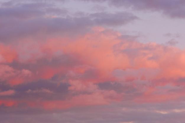 Nuvole colorate sul cielo al tramonto