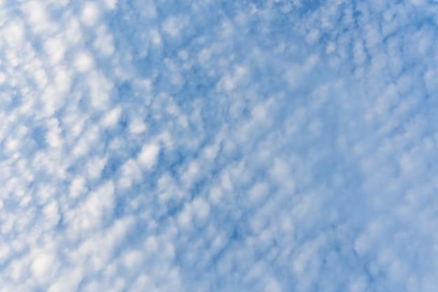 Nuvole di altocumulus nel cielo blu