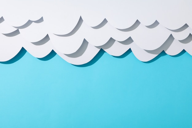 Nuvole di carta sulla superficie blu