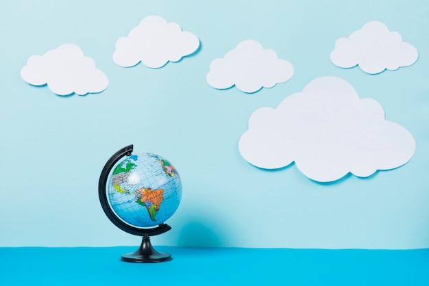 Nuvole di carta vicino al globo