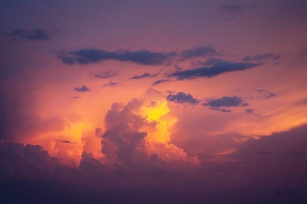Nuvole dorate in luce drammatica al tramonto / alba