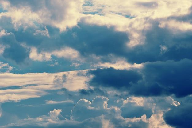 Nuvole drammatiche colori grigi e blu e nuvole scure