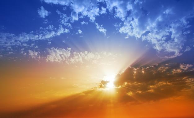 Nuvole drammatiche del cielo di tramonto in la palma