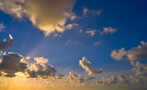 Nuvole drammatiche variopinte del cielo di tramonto