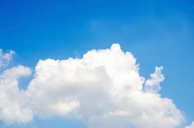 Nuvole e cielo con sfondo sfocato modello