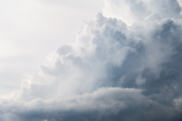 Nuvole e cielo in bianco e nero quando piove.