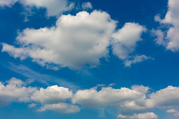 Nuvole grigie su cielo blu.