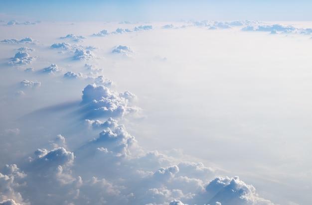 Nuvole in cielo blu, vista aerea dalla finestra dell'aeroplano.