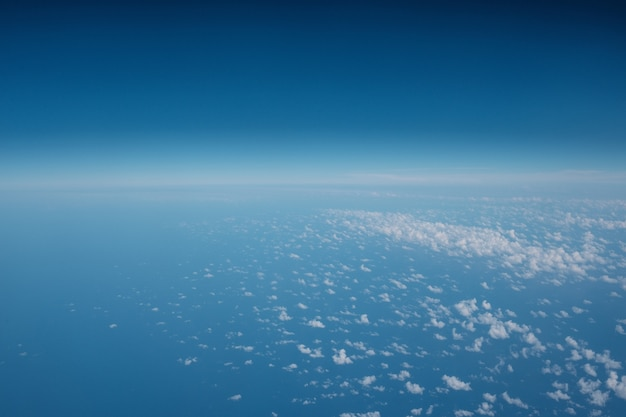 Nuvole in un bel cielo blu