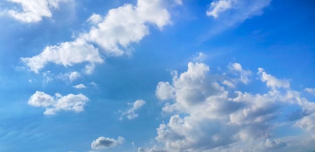 Nuvole nel fondo del cielo blu