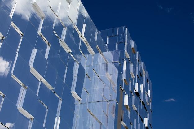 Nuvole riflesse nelle finestre dell'edificio per uffici moderno.