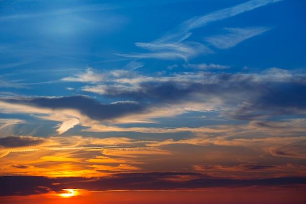 Nuvole rosse del cielo di tramonto magico di ibiza san antonio