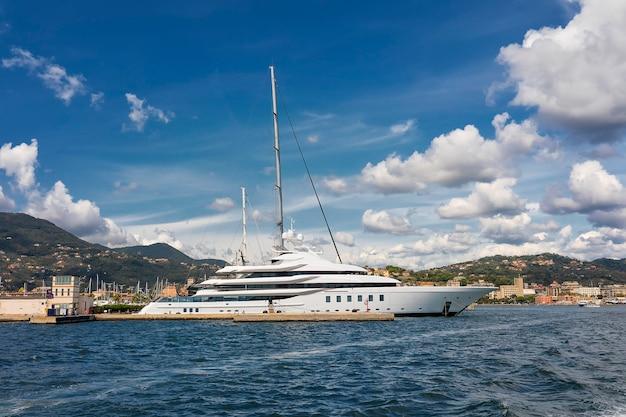 Nuvole stupefacenti sopra l'yacht a la spezia in mar mediterraneo