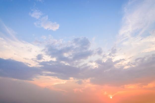 Nuvole volte al crepuscolo