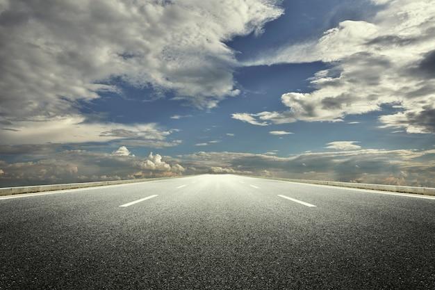 Nuvoloso strada