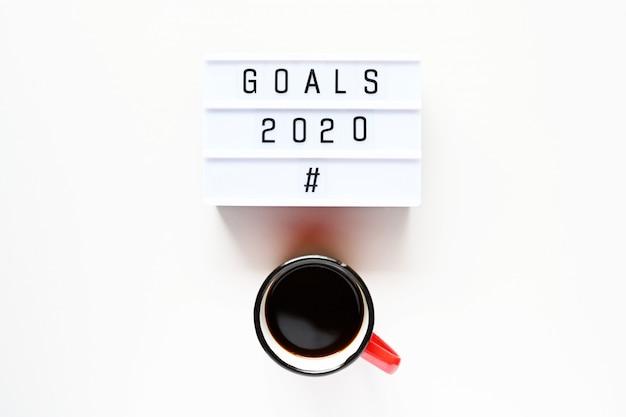 Obiettivi 2020 con tazza di caffè
