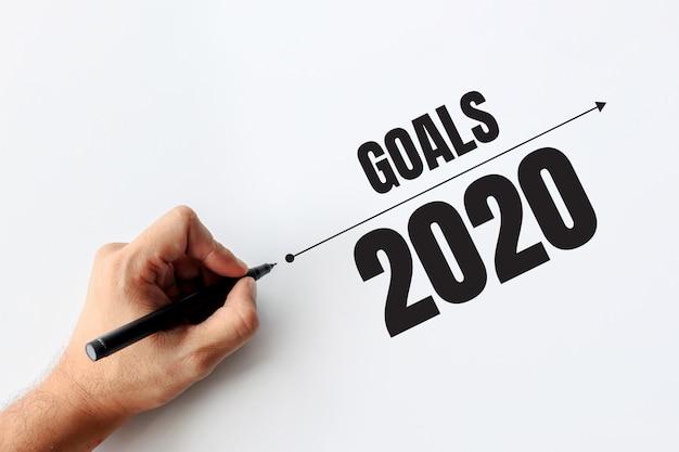 Obiettivi 2020 e concetto di business. uomo d'affari scrivendo un business plan